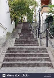 Neben der pferd laterne, die an kleiner onkel von pippi langstrumpf erinnert, gibt es eine weitere. Treppen Mit Alten Laterne Im Burgviertel Budapest Ungarn Stockfotografie Alamy