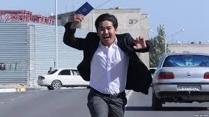 Поможет ли Сәтті қадам дипломированной молодежи  Молодой человек с дипломом в руке Иллюстративное фото