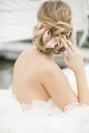 ガーリーでロマンチックなリボン編み込み リボンを使った花嫁ヘア一覧