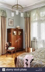 Holz Stuhl Neben Jugendstil Schrank Im Retro Stil Schlafzimmer