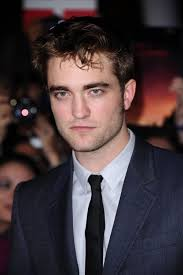 Robert Pattinson erlangte mit seiner Vampir-Rolle in «Twilight» Weltruhm. Die Hautfarbe hat er beibehalten.© DUKAS/PA PHOTOS - sommerbraeune-selbstbraeuner-solarium-sonnenbett-stars-helle-dunkle-haut-robert-pattinson-101821