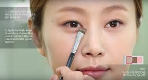 jung saem mool one of the top celebrity makeup artists in south korea regularly features other artists on her channel and showcases her own precise and