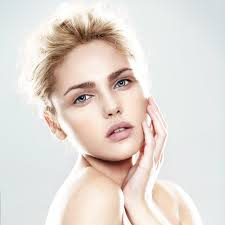 envie d un maquillage discret naturel qui nous mette en valeur on opte pour le rouge à lèvres vrai tendance qui s est imposée dans le vanity de la