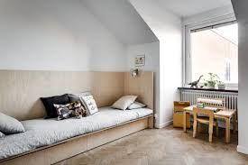 a new week and i think we should start it with this lovely kidsroom and this day bed bed that you can easily make yourself if you are a bit handy
