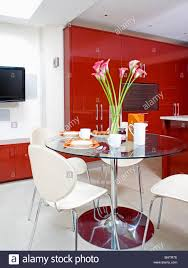 Weiße Stühle Am Runden Glas Und Stahl Tisch In Moderne Küche