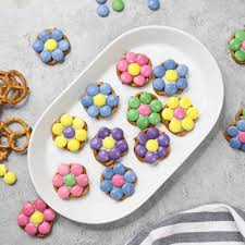 these pretzel flowers are a fun treat for easter