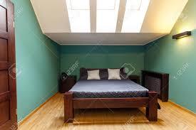 Moderne Schlafzimmer Im Dachgeschoss In Türkis Wandfarben