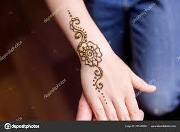 понятие красоты руки маленькую девочку оформленный хной мехенди
