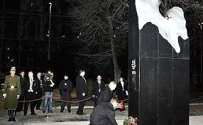 Vladimir Putin laid <b>flowers on the</b> monument to the victims of events ...