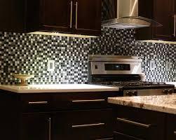 fliesen aus glas mit schwarz weiß mosaik muster für elegante küche