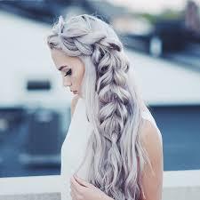 На средних волосах красиво смотрится романтичная коса водопад, эта. Modnye Pricheski Na Vypusknoj 2021 2022 Goda Foto Tendencii Obrazy