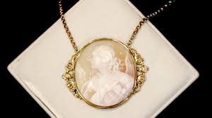 cameo necklace in 21 ct yellow gold