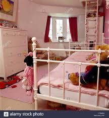 Weiß Lackiertes Metall Bett Mit Rosa Decke Im Kinderzimmer