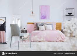 Weiße Blüten In Rosa Schlafzimmer Stockfoto Photographeeeu
