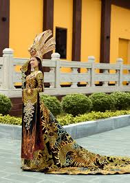 Thai Thi Hoa wins national costume contest at Miss Earth 2020 - VietNamNet