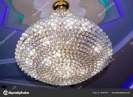 Schöne Kristall Kronleuchter In Einem Zimmer Stockfoto