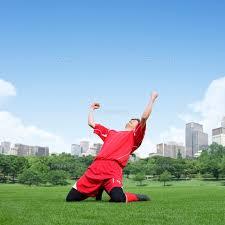 膝をついてガッツポーズする選手[11004098723]の写真素材・イラスト素材|アマナイメージズ