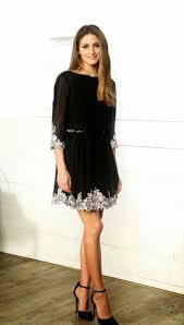 festliche damenmode frau schwarzes kleid mit weissen blumen ...