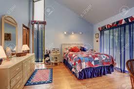 Rot Und Blau Unter Der Gewölbten Decke Schlafzimmer Im
