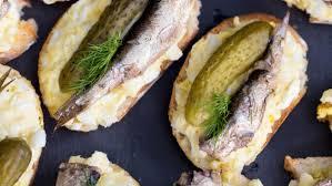 Бутерброды со шпротами и с маринованным огурцом рецепт с  Бутерброды со шпротами и с маринованным огурцом