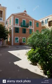 Orangefarbenes Haus Mit Grünen Fensterläden Auf Dorfplatz Rechts