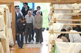 「天皇、皇后両陛下熊本地震の被災者を見舞う」の画像検索結果