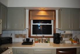Einfache Fenster Behandlungen für Küche mit dunklen