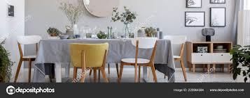 Moderne Stühle Tisch Mit Blumen Und Geschirr Grau Esszimmer