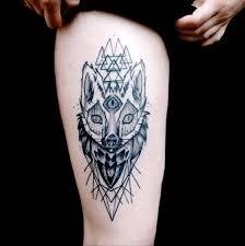 фото татуировки лисы в стиле графика на бедре девушки фото