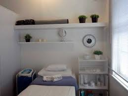 Para aproveitar o ambiente ao máximo de maneira não somente estética, mas também funcional. Sala De Estetica Pequena Pesquisa Google Sala De Estetica Decoracao De Consultorios Sala De Estetica Simples