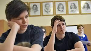 Студент в кредит Деньги Коммерсантъ Получившему образовательный кредит молодому человеку предстоит выплачивать его в течение десяти лет после получения диплома
