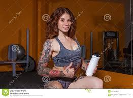 девушка с татуировками на фитнесе стоковое фото изображение