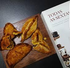 """Gratidão de todas as sextas. Cozinhando as 94 receitas do livro """"Todas as  sextas"""", de Paola Carosella. Receita 9/94: Massa para empanadas. Receita  10/94: Empanadas salteñas. Receita 11/94: Empanadas de humita."""