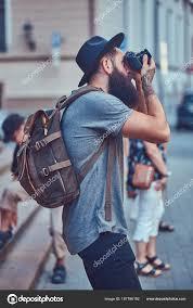 красивый битник мужчины стильный бородой татуировка руки одетые