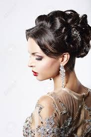 プロファイル上品な茶色の髪婦人の宝石とお祝い髪型 の写真素材画像