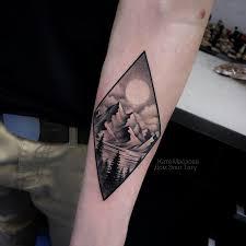 фото мужской татуировки на руке горы и лес в стиле графика дотворк