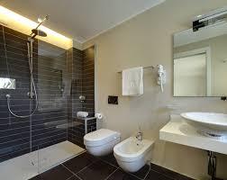 Design Bagno Piccolo : Bagno piccolo con finestra nella doccia pasionwe
