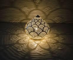 Zilverkleurige Marokkaanse Tafellamp Met Een Handgemaakte Design Wat