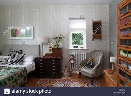 Schlafzimmer Mit Silber Gemusterten Tapeten Und Einem Vintage Shop