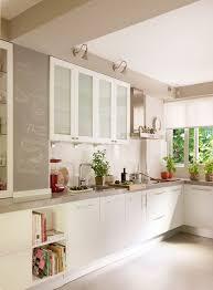Cocina Con Paredes En Beige Y Mobiliario En Blanco. Pintar Las Paredes