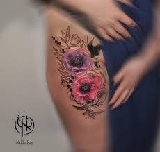 татуировка цветов в реализме с графикой на ляжке тату мастер
