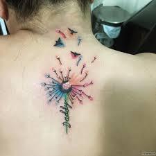 одуванчик в красках и надпись тату на спине у девушки добавлено