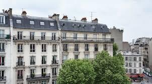 chambre rouge glamour dans le quartier paris montparnasse vue depuis votre chambre