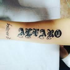 фото тату надписи в готическом стиле на предплечье девушки фото