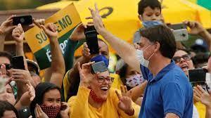 الرئيس البرازيلي بولسونارو يحيي أنصاره خارج مقر الرئاسة متحديا قاعدة  التباعد الاجتماعي