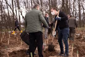 """Imagini cu Iohannis şi Cîţu plantând copaci la Dăbuleni. Preşedintele: """"Iubesc natura, îmi doresc o natură sănătoasă pentru România"""""""