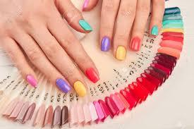 夏のマニキュアと爪は色のサンプルです色とりどりのマニキュアマニキュアのカラー