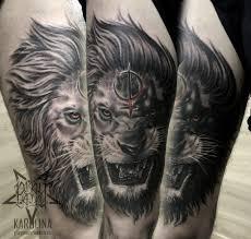 лев в черно сером реализме мужская тату на бедре сделать тату у