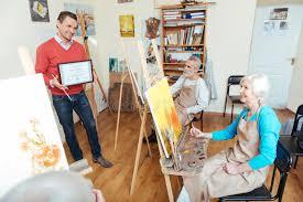 Красивый человек демонстрируя диплом художников Стоковое   Красивый человек демонстрируя диплом художников Стоковое Изображение изображение 85345105