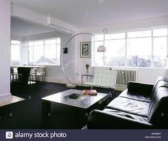 Moderner Offener Wohnbereich Mit Schwarzer Teppich Esstisch Und
